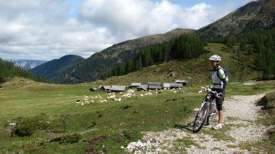 Bikeři, e-bikeři a silničáři, POZOR!