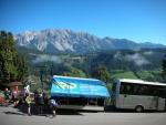 Bus CK Trip a dachsteinský masiv v pozadí